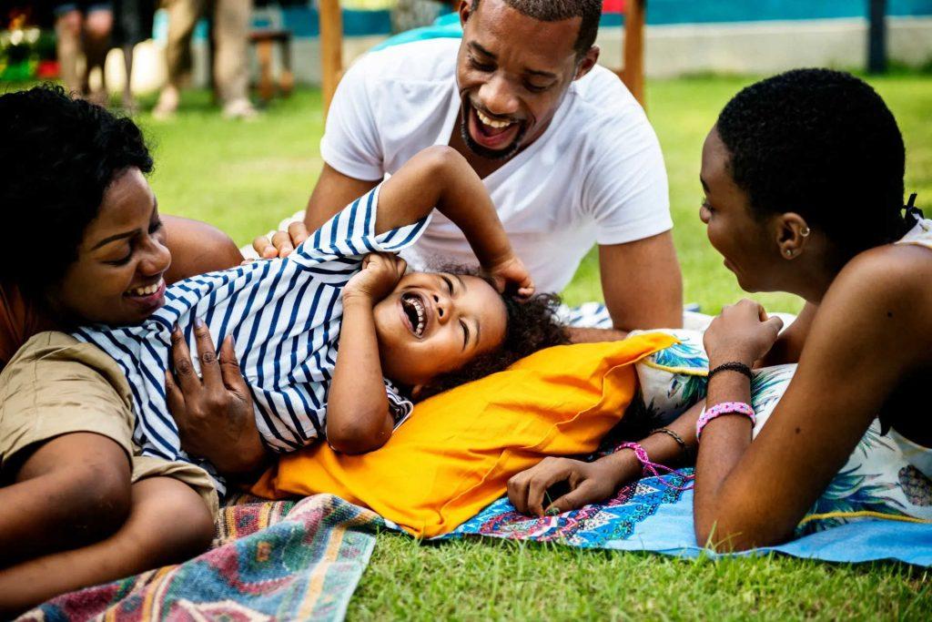 happy family picnic phto